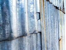 Σκουριασμένος ζαρωμένος γαλβανισμένος φράκτης φύλλων στοκ εικόνα