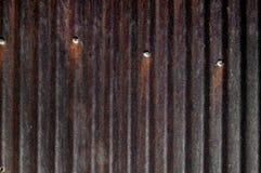 Σκουριασμένος ζαρωμένος κασσίτερος, σιταποθήκη, στέγη, καρφιά Στοκ Φωτογραφία