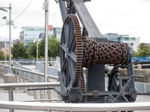 Σκουριασμένος παλαιός αχρησιμοποίητος ανυψωτικός γερανός σε μια μη χρησιμοποιούμενη αποβάθρα στοκ φωτογραφία
