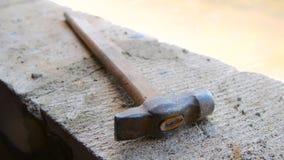 Σκουριασμένος παλαιός το σφυρί βρίσκεται στο εργοτάξιο οικοδομής απόθεμα βίντεο