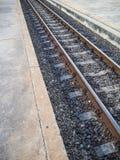 Σκουριασμένος σιδηρόδρομος στους συγκεκριμένους κοιμώμεούς Στοκ φωτογραφία με δικαίωμα ελεύθερης χρήσης