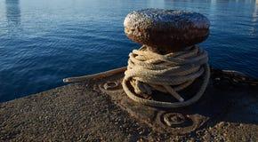 Σκουριασμένος στυλίσκος πρόσδεσης σιδήρου με τα nuatical σχοινιά Στοκ φωτογραφίες με δικαίωμα ελεύθερης χρήσης