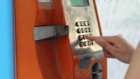 Σκουριασμένος τηλεφωνικός θάλαμος απόθεμα βίντεο