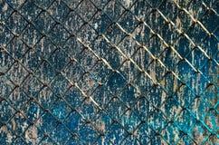 Σκουριασμένος φράκτης με το ψεκασμένο υπόβαθρο Στοκ φωτογραφία με δικαίωμα ελεύθερης χρήσης