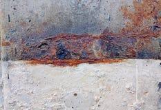 Σκουριασμένος χάλυβας ραβδώσεων στο γκρίζο και άσπρο υπόβαθρο τοίχων τσιμέντου στοκ φωτογραφία με δικαίωμα ελεύθερης χρήσης