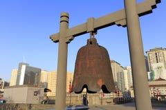 Σκουριασμένο αρχαίο μεγάλο κουδούνι σιδήρου στο xian αρχαίο τοίχο πόλεων Στοκ Φωτογραφία