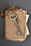 Σκουριασμένο βασικό και παλαιό βιβλίο στο σκοτεινό υπόβαθρο Στοκ φωτογραφία με δικαίωμα ελεύθερης χρήσης