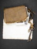 Σκουριασμένο βασικό, παλαιό βιβλίο και κενή φωτογραφία Στοκ Εικόνα