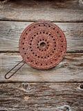 Σκουριασμένο δοχείο σε έναν ξύλινο τοίχο Στοκ Εικόνες