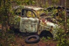 Σκουριασμένο εγκαταλειμμένο αυτοκίνητο Στοκ φωτογραφίες με δικαίωμα ελεύθερης χρήσης