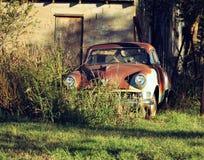 Σκουριασμένο εγκαταλειμμένο αυτοκίνητο Στοκ φωτογραφία με δικαίωμα ελεύθερης χρήσης