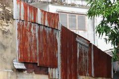 Σκουριασμένο ζαρωμένο μέταλλο σχεδίων σύστασης τοίχων ψευδάργυρου Στοκ Εικόνες