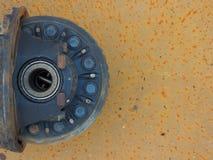 σκουριασμένο διαφορικό που βρίσκεται σε ένα σκουριασμένο υπόβαθρο στοκ εικόνες με δικαίωμα ελεύθερης χρήσης