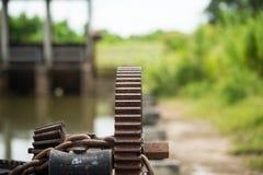 Σκουριασμένο και ελαιούχο εργαλείο πυλών νερού Στοκ Φωτογραφία