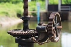 Σκουριασμένο και ελαιούχο εργαλείο πυλών νερού Στοκ εικόνα με δικαίωμα ελεύθερης χρήσης