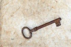 Σκουριασμένο κλειδί στην παλαιά περγαμηνή Στοκ φωτογραφία με δικαίωμα ελεύθερης χρήσης