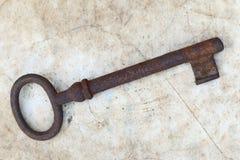 Σκουριασμένο κλειδί στην παλαιά περγαμηνή Στοκ Φωτογραφίες