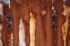 Σκουριασμένο μέταλλο με τα μπουλόνια Στοκ εικόνα με δικαίωμα ελεύθερης χρήσης