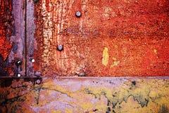 Σκουριασμένο μέταλλο με το παλαιό ραγισμένο χρώμα Στοκ Φωτογραφία