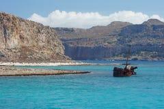 Σκουριασμένο μισοβυθισμένο σκάφος στοκ εικόνα με δικαίωμα ελεύθερης χρήσης