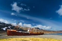 Σκουριασμένο ναυάγιο το αρκτικό καλοκαίρι Στοκ Εικόνα