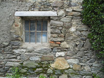 Σκουριασμένο παράθυρο με τους ιστούς αράχνης Στοκ φωτογραφία με δικαίωμα ελεύθερης χρήσης