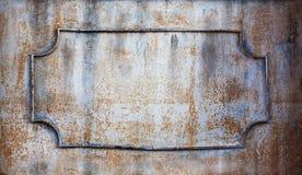 Σκουριασμένο πλαίσιο με τα διακοσμητικά σφυρηλατημένα στοιχεία σιδήρου Διαστημικό βάθος sgallow αντιγράφων του τομέα στοκ φωτογραφία