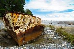 Σκουριασμένο σκάφος που προσαράσσουν προσαραγμένο στην παραλία με τα χαλίκια στη Μαύρη Θάλασσα στοκ φωτογραφία με δικαίωμα ελεύθερης χρήσης