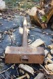 Σκουριασμένο σφυρί μετάλλων σε έναν ξύλινο Στοκ εικόνα με δικαίωμα ελεύθερης χρήσης