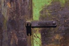 Σκουριασμένο υπόβαθρο πυλών μετάλλων με τα παλαιά στρώματα του πράσινου χρώματος Στοκ Εικόνες