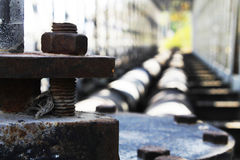 Σκουριασμένο υπόβαθρο σιδήρου βιδών με τη γέφυρα δύο σωλήνων Στοκ Φωτογραφίες