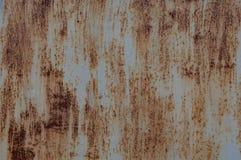 Σκουριασμένο φύλλο του σιδήρου, με τα ίχνη χρώματος στοκ εικόνες