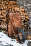 Σκουριασμένο wheelbarrow Στοκ εικόνες με δικαίωμα ελεύθερης χρήσης