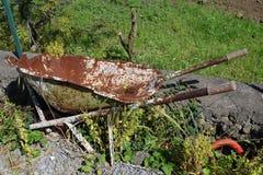 Σκουριασμένο wheelbarrow Στοκ Φωτογραφία