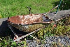 Σκουριασμένο wheelbarrow Στοκ Εικόνα