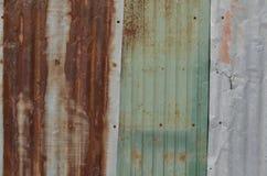 ΣΚΟΥΡΙΑΣΜΕΝΟ ΥΠΟΒΑΘΡΟ ΣΥΣΤΑΣΗΣ ΤΟΙΧΩΝ ΜΕΤΑΛΛΩΝ ΨΕΥΔΑΡΓΥΡΟΥ Στοκ Εικόνες