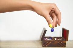 Σκουλαρίκια λαβής χεριών γυναίκας Στοκ Εικόνες