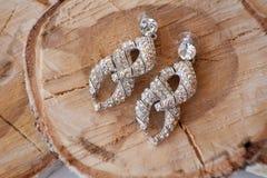 Σκουλαρίκια γυναικών με τα διαμάντια Στοκ Φωτογραφίες