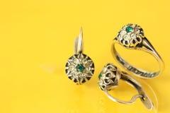 Σκουλαρίκια και δαχτυλίδι γυναικών Στοκ φωτογραφία με δικαίωμα ελεύθερης χρήσης