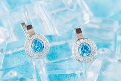 Σκουλαρίκια πολυτέλειας με το zircon και τους μπλε πολύτιμους λίθους Στοκ εικόνες με δικαίωμα ελεύθερης χρήσης