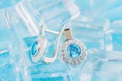 Σκουλαρίκια πολυτέλειας με το zircon και τους μπλε πολύτιμους λίθους Στοκ φωτογραφία με δικαίωμα ελεύθερης χρήσης