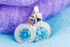 Σκουλαρίκια πολυτέλειας με το zircon και τους μπλε πολύτιμους λίθους Στοκ Φωτογραφία