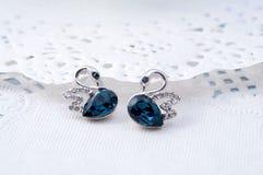 Σκουλαρίκια σαπφείρου όπως το ζευγάρι Α των μπλε κύκνων Στοκ φωτογραφία με δικαίωμα ελεύθερης χρήσης