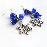 Σκουλαρίκια σε μια αλυσίδα με τα κρεμαστά κοσμήματα Στοκ Φωτογραφία