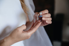 Σκουλαρίκι στα χέρια της νύφης Στοκ Εικόνα
