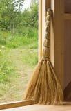 Σκούπα στην πόρτα του ξύλινου εξοχικού σπιτιού Στοκ φωτογραφία με δικαίωμα ελεύθερης χρήσης
