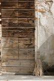 σκούπα του αχύρου κοντά σε μια παλαιά πόρτα Στοκ εικόνες με δικαίωμα ελεύθερης χρήσης