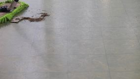 Σκούπισμα ενός σωρού με τη σφουγγαρίστρα σκόνης απόθεμα βίντεο
