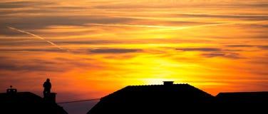 Σκούπισμα καπνοδόχων στη στέγη - σκιαγραφία Στοκ Εικόνες