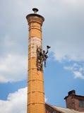 Σκούπισμα καπνοδόχων στα σκαλοπάτια στο σωλήνα Στοκ εικόνα με δικαίωμα ελεύθερης χρήσης
